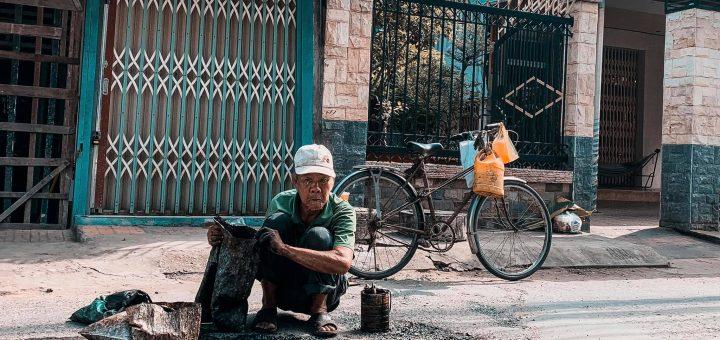 Ông lão U80 vá đường ở Long Xuyên