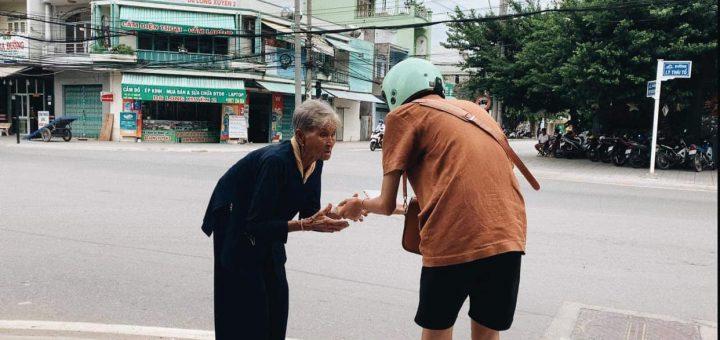 Trao quà trung thu cho người bán vé số dạo ở Long Xuyên