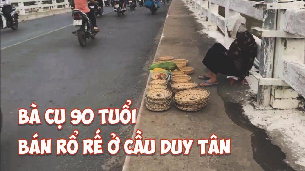 Bà cụ bán rổ rế ở cầu Duy Tân