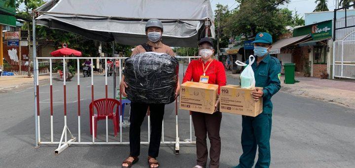 Tặng trang bị y tế cho chốt phòng chống dịch TP Long Xuyên