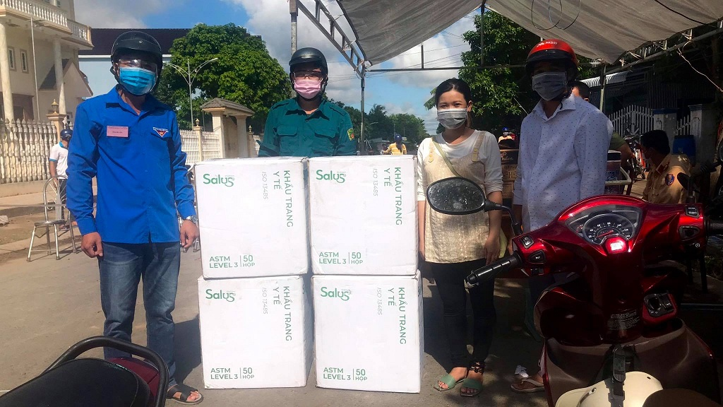 Hỗ trợ khẩu trang y tế cho bà con huyện An Phú