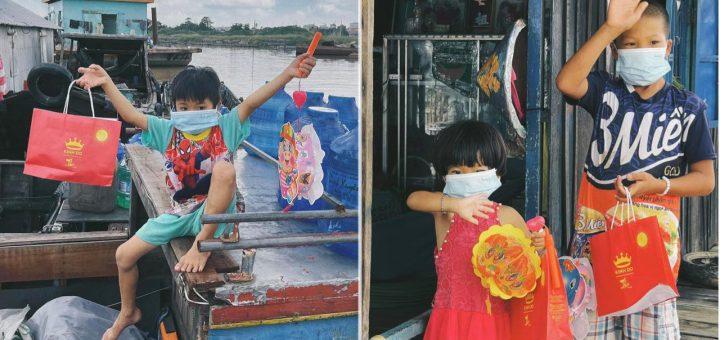 Mang trung thu đến cho trẻ em ở chợ nổi Long Xuyên