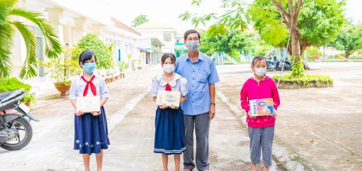Tặng sách giáo khoa cho học sinh nghèo ở Long Xuyên